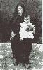 Ελένη Χατζηκουτσού Πάκκου κρατά την Μαργαρίτα Γ. Πάκκου